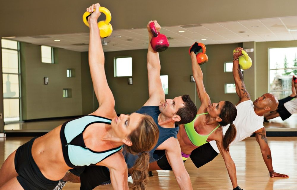How to Lose Weight Fast Before that Big Event showing men and women in group fitness class.